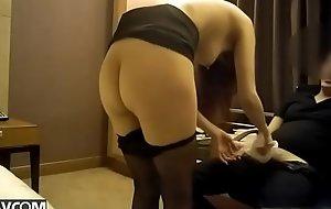 酒店约操车展上认识的女神级职业装车模,掀开短裙直接后插,干完换套衣服床上又操大叫:你的好大,好痒,好舒服!