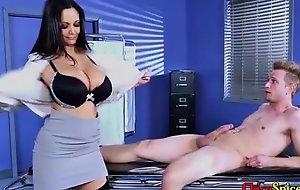 Mi doctora privada me hace desnudar y ella tambien lo hace delante mio brambles sus grandes senos y me lo
