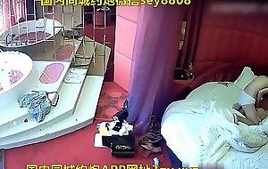 情趣酒店两个女同开房磨豆腐看地上的奢侈品两个应该家境不错